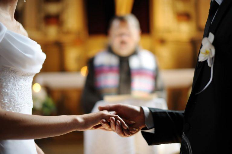 Matrimoni con i soli testimoni e sacramenti rinviati: ecco le disposizioni del vescovo Renzo