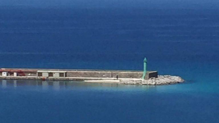 Mancato dragaggio dei fondali, nel porto spunta una spiaggetta