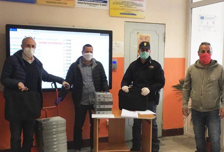 Vibo, la Polizia consegna tablet e pc agli studenti dell'Ite Galilei