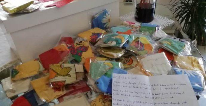 Il bel gesto di un artigiano che dona le mascherine ai bimbi di Pediatria