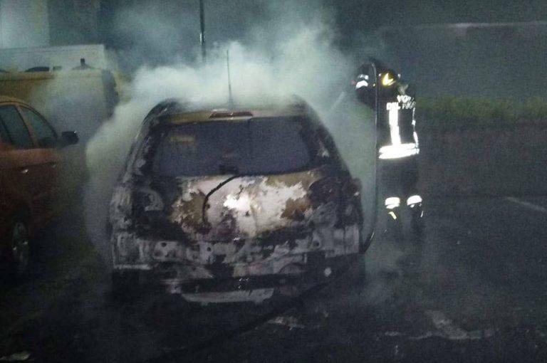In fiamme l'automobile di un parroco a Vibo