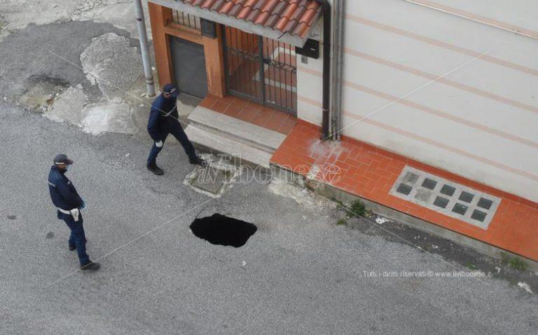 Voragine si apre a Vibo in via Froggio, sul posto la polizia municipale – Foto