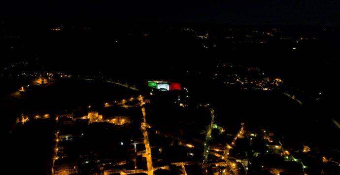 Su Vibo splende l'orgoglio nazionale, il Castello si veste con il tricolore – Foto/Video