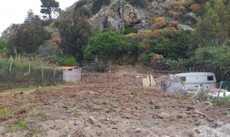 Scempio a Coccorino: collina sventrata, materiale sulla spiaggia – Video