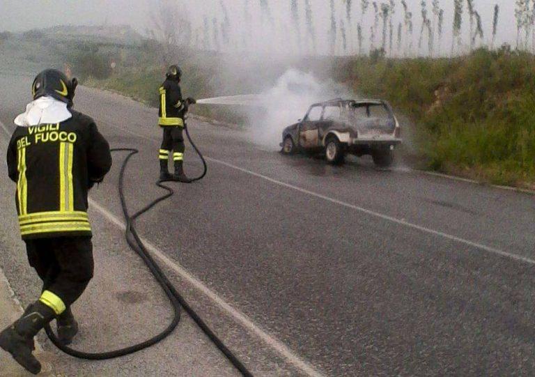 Auto a Gpl prende fuoco in marcia nei pressi di San Gregorio