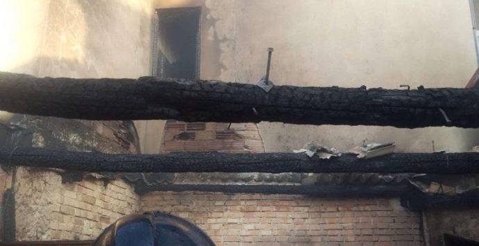 Drapia, incendio distrugge un garage e minaccia la vicina abitazione – Foto