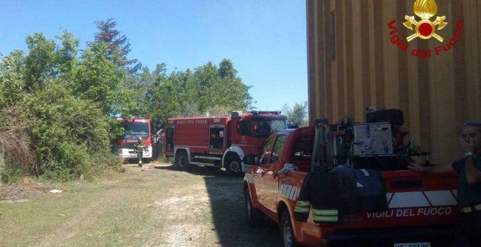 Briatico, incendio distrugge capannone agricolo in località San Giovanni – Foto
