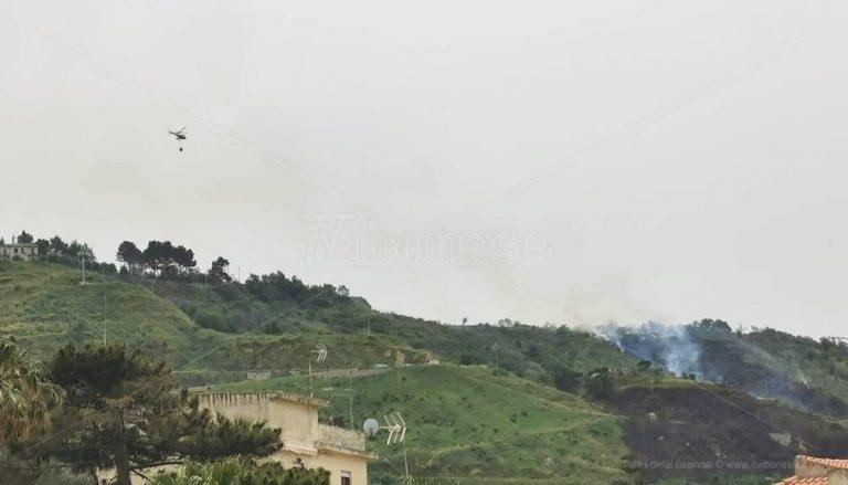 Vasto rogo sulle colline di Tropea, interviene l'elicottero antincendio – Video