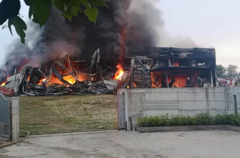 Incendio a Spilinga nell'azienda della 'nduja, in fumo anni di lavoro