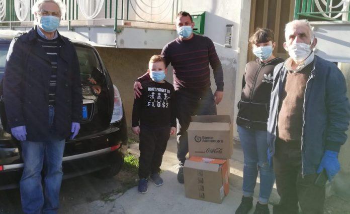 La consegna dei pacchi con generi alimentari