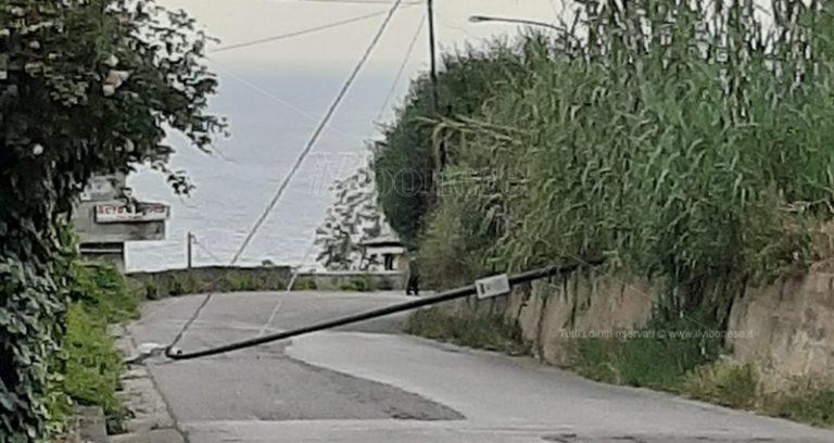 Palo della luce viene giù lungo la strada fra Nicotera e la Marina