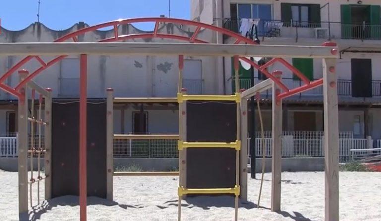 Vibo Marina, parco giochi ancora sommerso dalla sabbia dopo la mareggiata – Video