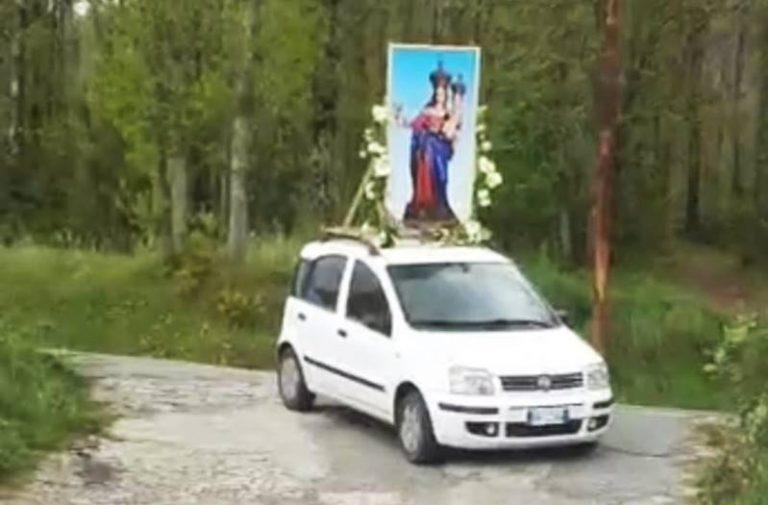 Madonna in processione sulla Panda, il parroco di Sorianello: «Chiedo scusa, ma lo rifarei»
