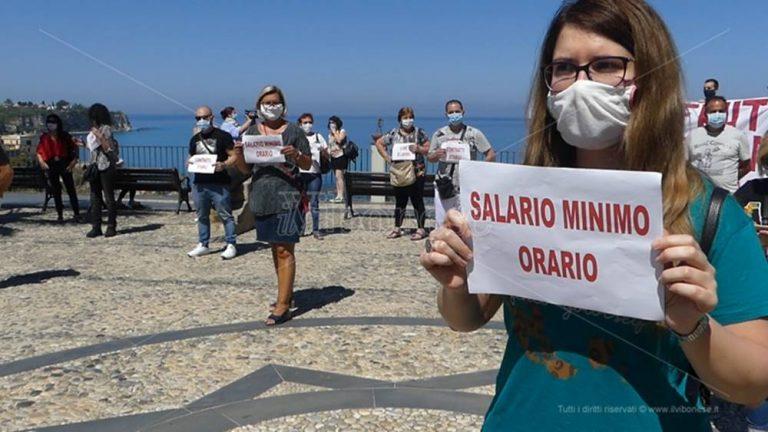 Stagionali in piazza a Tropea: «I nostri diritti non siano calpestati» – Video