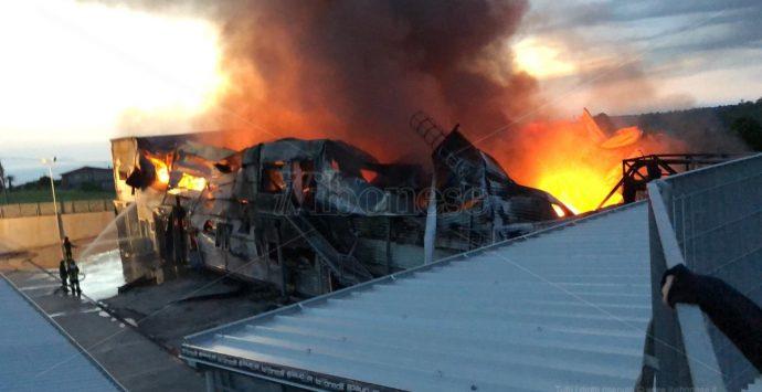 Incendio rade al suolo stabilimento dell'Artigiano della 'nduja – Video/Foto