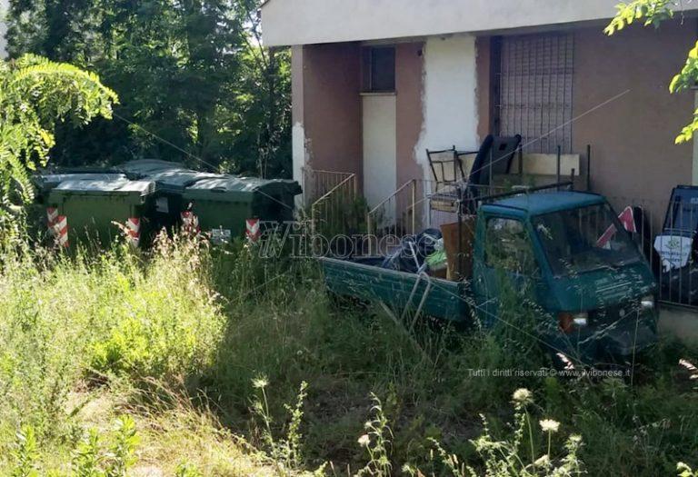 Ricadi: degrado e grave pericolo nell'ex scuola di Lampazzone – Foto