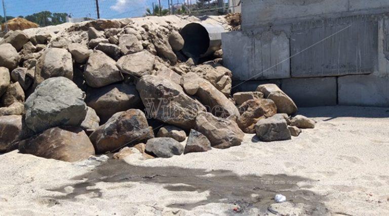 Spiaggia del Tono a Ricadi fra pericoli e liquami da un enorme tubo – Foto
