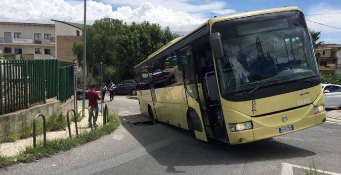 Si apre una voragine in strada a Vibo, autobus ci sprofonda dentro – Foto