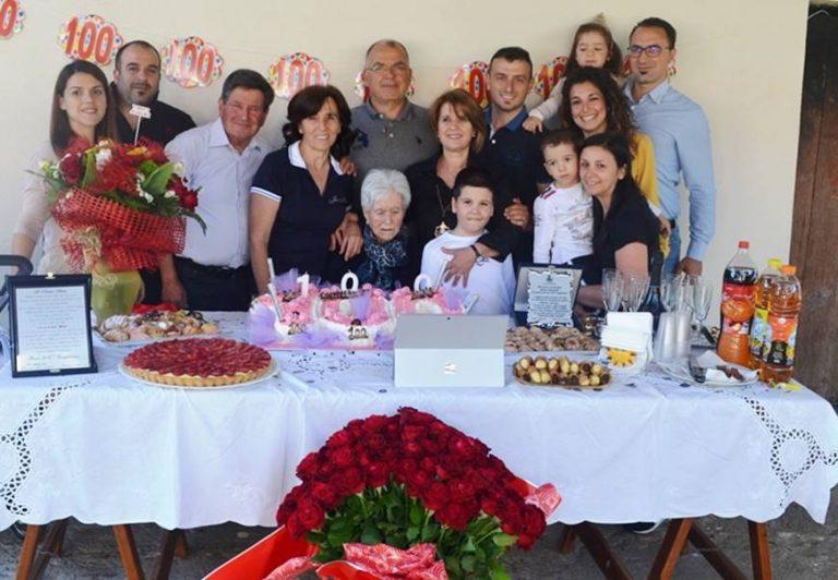 Cento rose per 100 anni, Zambrone festeggia nonna Anna Staropoli