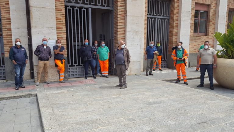 Rifiuti, operai in municipio: chiesto l'aumento delle ore di lavoro