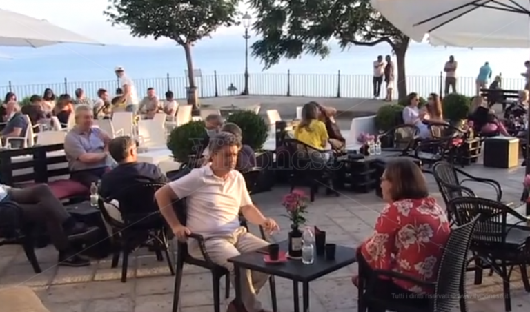 Un'apericena per gli eroi del Covid: «Ci proteggono da nemico invisibile» – Video