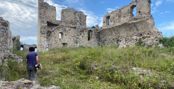 Il Castello di Bivona ripulito da erbacce e rifiuti, il sindaco: «Presto riaprirà» – Foto