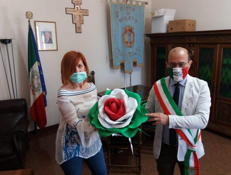Una rosa gigante con i colori della bandiera italiana donata al Comune di Mileto