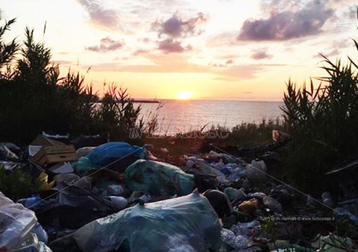 """Briatico, rifiuti """"al tramonto"""": la rabbia dei cittadini"""