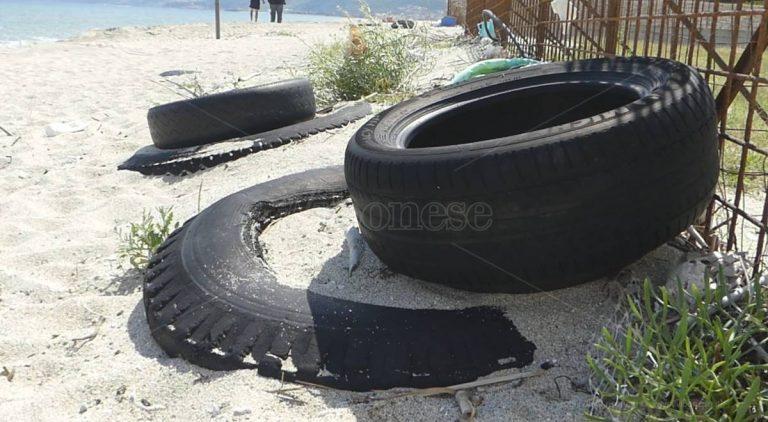 """Bivona, decine di pneumatici affiorano sulla spiaggia """"pulita"""" dal Comune – Video"""