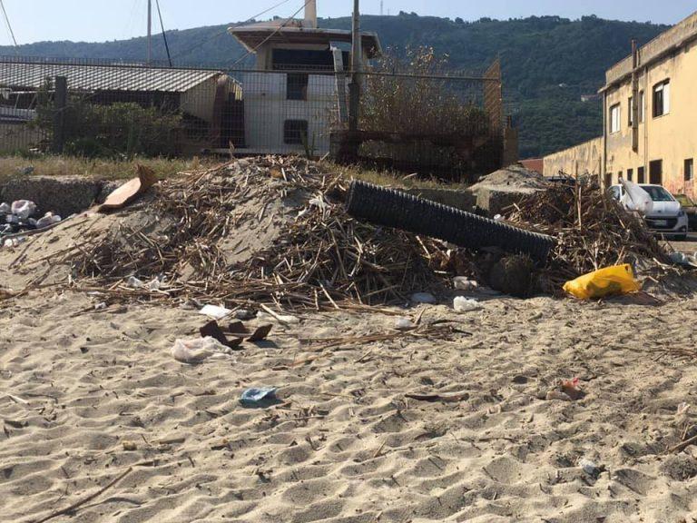 Emergenza rifiuti a Vibo, strade e spiagge sporche: benvenuta estate