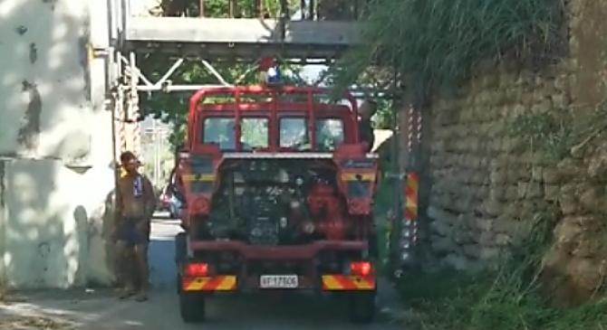 Briatico, ambulanza e vigili del fuoco bloccati dall'arco del mulino – Video