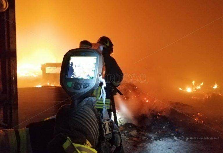 Capannone industriale devastato da un incendio a Briatico – Video