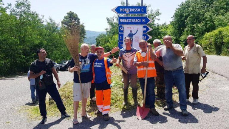 Monterosso, la Provincia latita e i cittadini ripuliscono la strada – Video