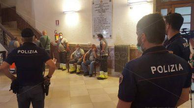 Rifiuti, i lavoratori Ecocar occupano il Comune di Vibo: interviene la Polizia