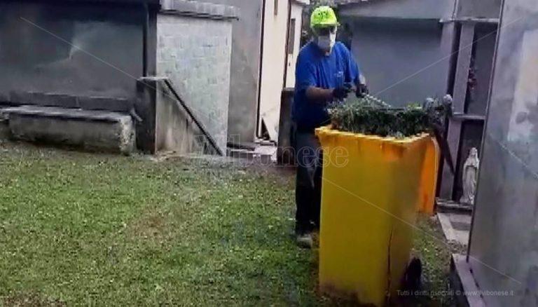 Dinami, il cimitero è in preda alle erbacce: i cittadini lo ripuliscono – Video