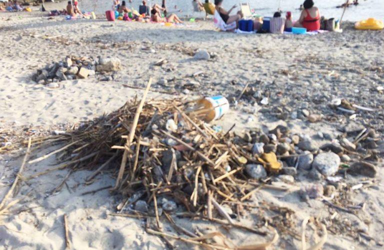 """Pizzo, la spiaggetta """"La nave"""" ostaggio di rifiuti e degrado"""