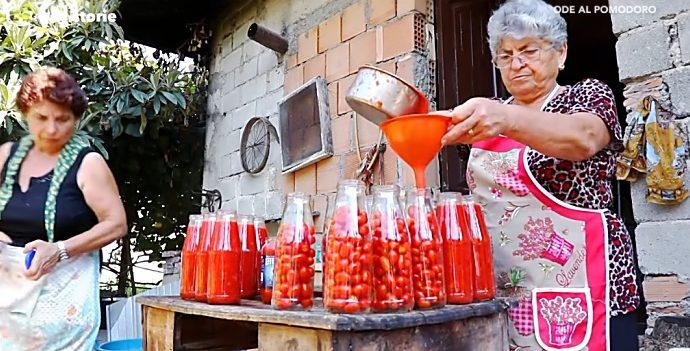 """""""Ode al pomodoro"""", la tradizione della salsa fatta in casa a LaC Storie – Video"""