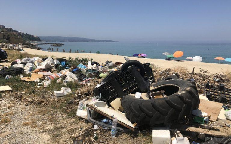L'Arpacal individua la presenza di rifiuti sulle spiagge di Nicotera e Pizzo