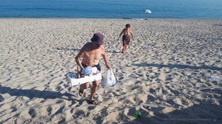 """Bentornati sulla """"spiaggia dei lordazzi"""", l'arenile è di nuovo una discarica"""
