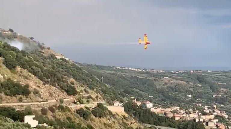 Vasti incendi sul costone fra Joppolo e Caroniti, intervengono due canadair