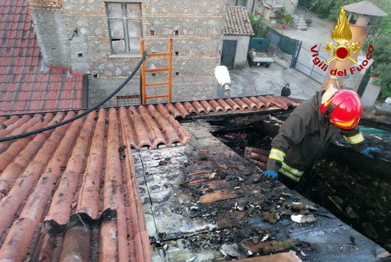 Tetto in fiamme a Spadola, l'intervento dei Vigili del fuoco scongiura il peggio