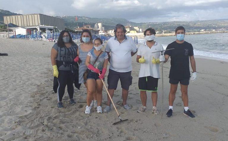 I ragazzi del Leo Club ripuliscono la spiaggia di Vibo Marina