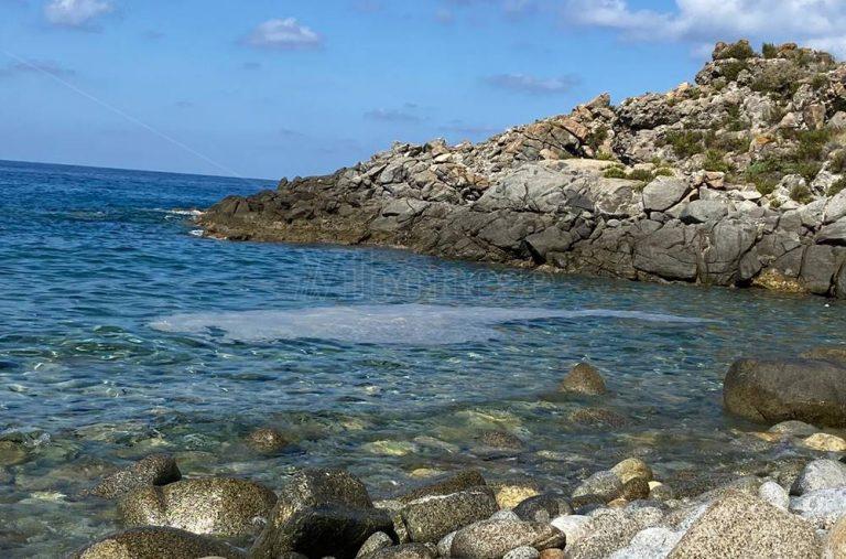 Mare sporco e schiuma rovinano il finale di stagione lungo la costa tirrenica – Video