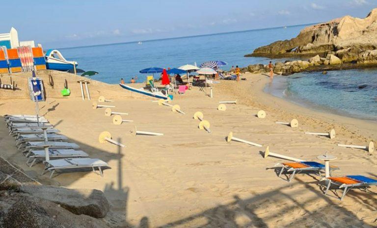 Ombrelloni e sdraio fuorilegge sulle spiagge di Ricadi, nuovo sequestro