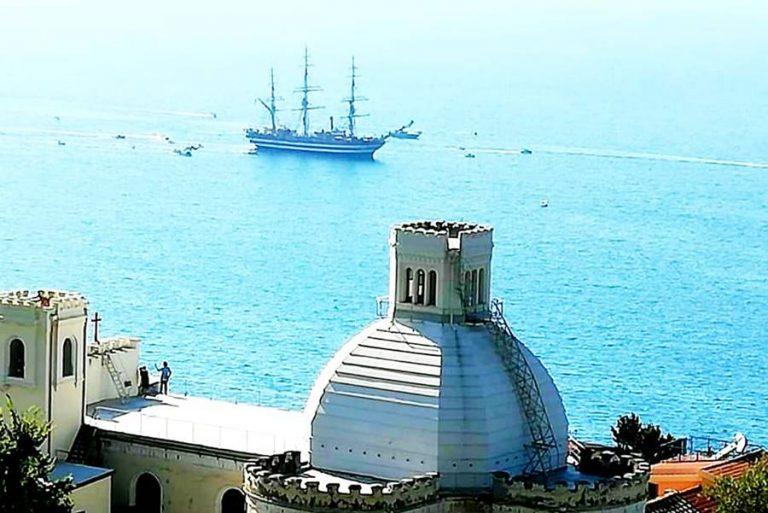 Tre fischi di sirena, il saluto dell'Amerigo Vespucci alla città di Pizzo