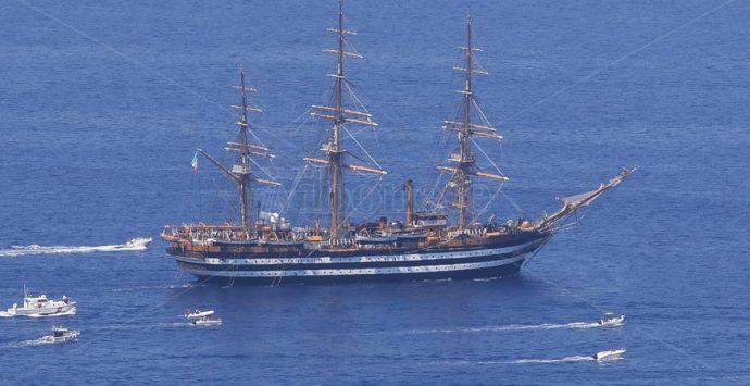 """La Vespucci a Tropea, la """"nave più bella del mondo"""" omaggia la Perla del Tirreno – Foto/Video"""