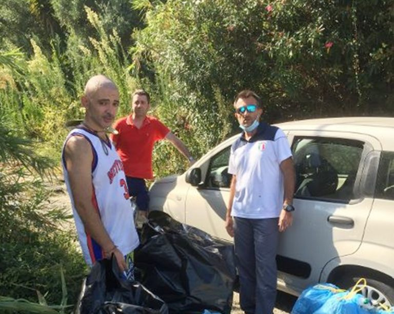 Tre giovani residenti al nord ripuliscono la strada fra Vibo Marina e Pizzo