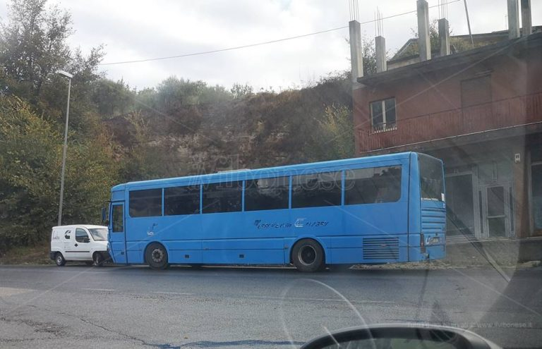 Autobus guasto, FdC si scusa e tranquillizza: «Rispettate misure anti-Covid»