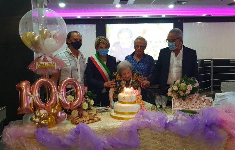 Vibo, festa grande per i 100 anni di nonna Emanuela