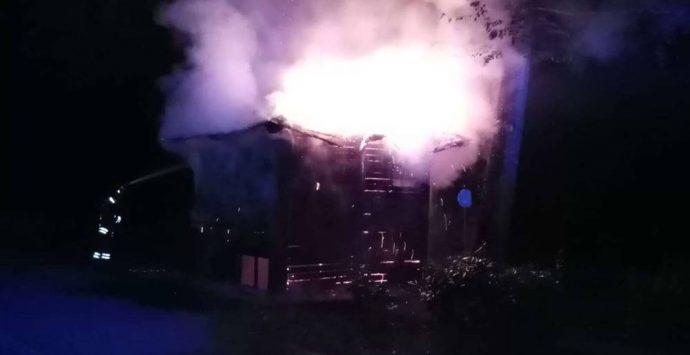 Serra San Bruno, a fuoco la casetta del parcheggio di Santa Maria del bosco – Foto